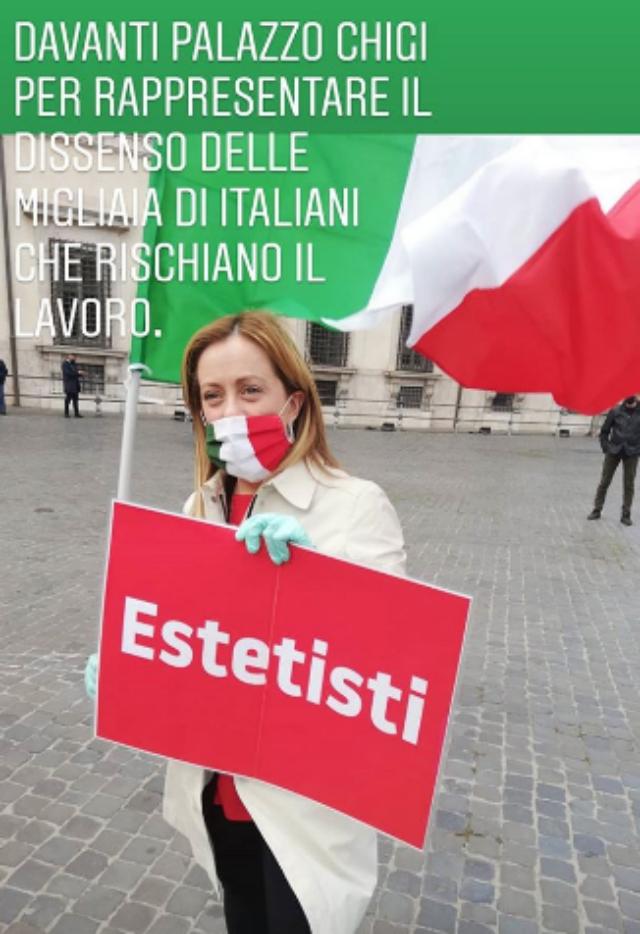 La Meloni manifesta con un cartello per la riapertura dei centri estetici, ma gli italiani sembrano preferire la vita alla manicure e alla ceretta