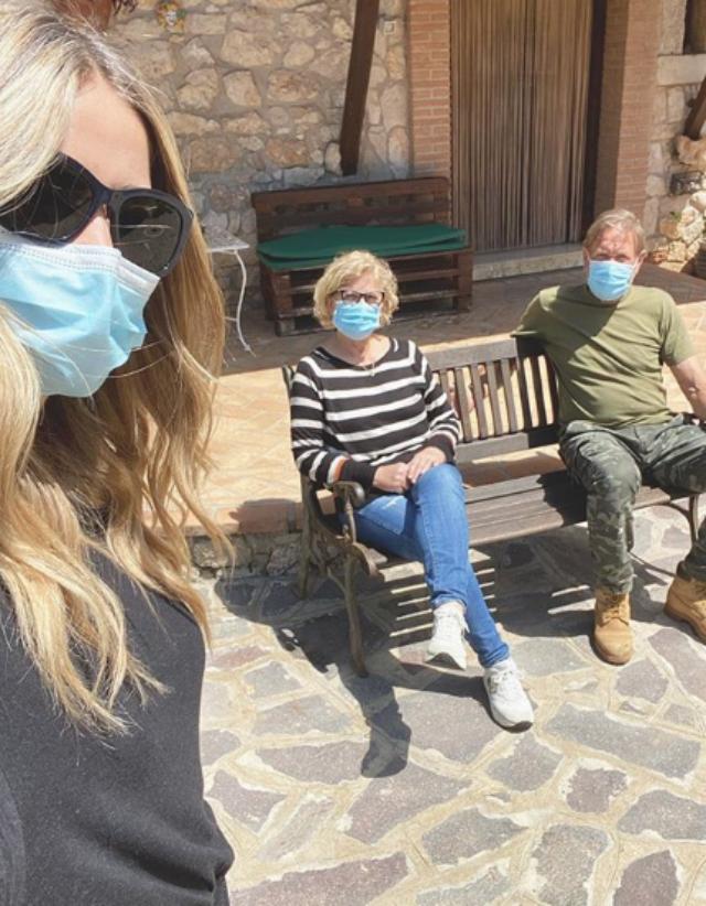 Elena Santarelli fa visita ai genitori nella fase 2: mascherine e pranzo a distanza