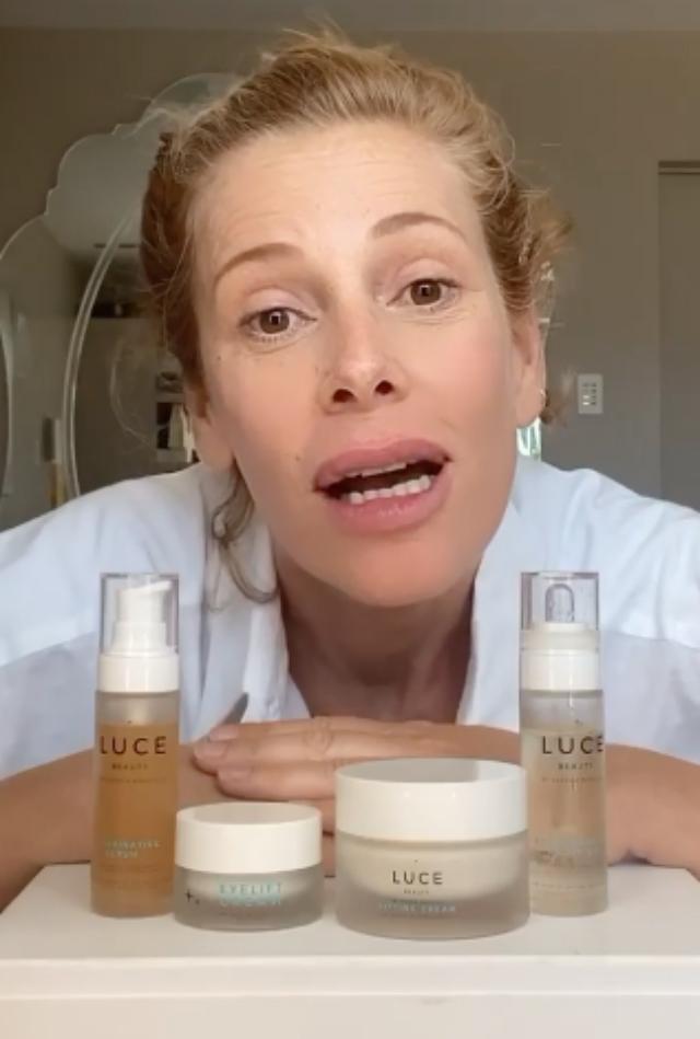 Alessia Marcuzzi senza trucco presenta i suoi 4 prodotti di bellezza e mostra come si usano