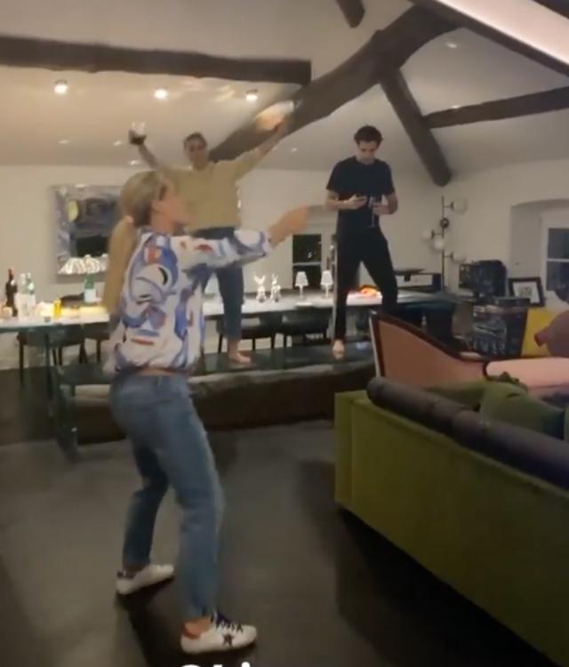 Michelle si concede un ultimo ballo scatenato in soggiorno con Sara Daniele e Goffredo Cerza