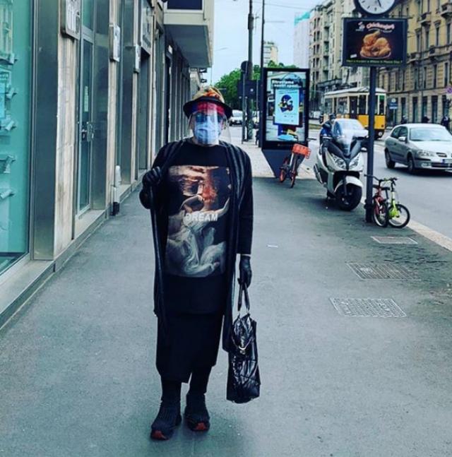 Cristiano Malgioglio, 75 anni, in giro per Milano con guanti, mascherina e visiera di plastica anti-Covid