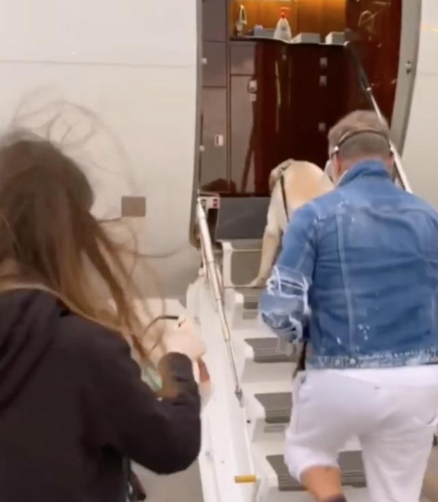 Gianluca Vacchi, 52 anni, e Sharon Fonseca, 24, prendono un jet privato per tornare in Italia da Miami
