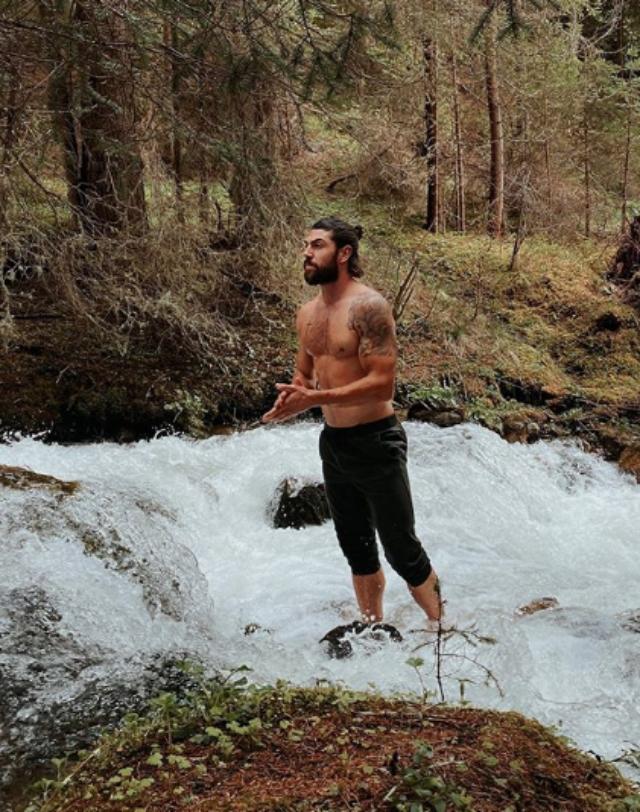 Ignazio Moser, 27 anni, si rinfresca a torso nudo in un ruscello gelato