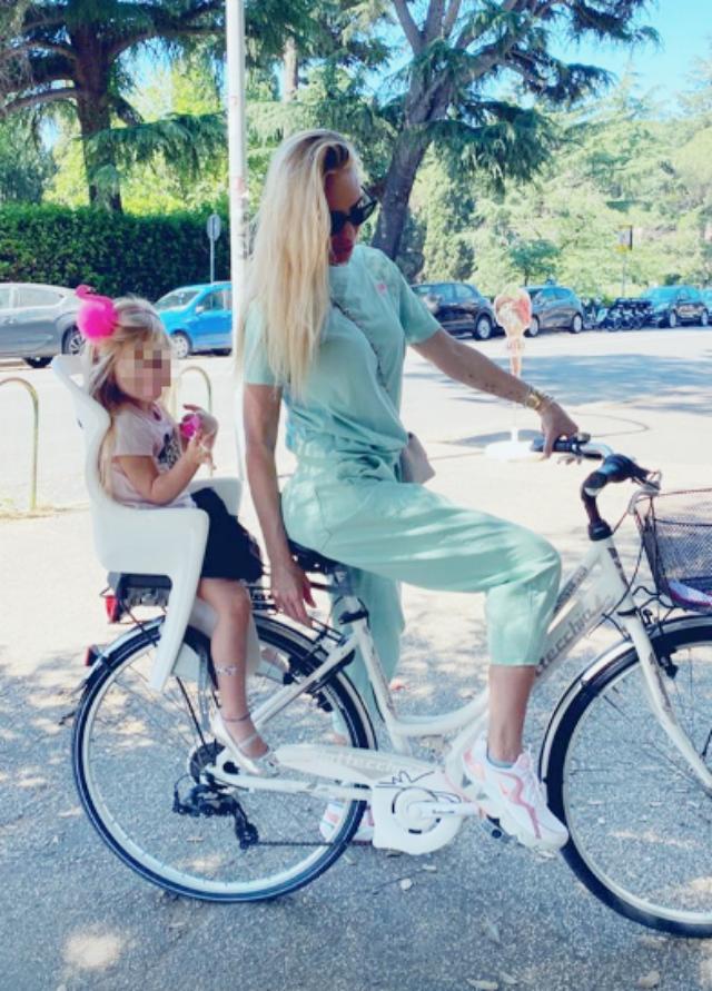 Ilary Blasi, 39 anni, in giro per Roma con la figlia Isabel in bicicletta