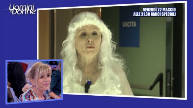 Tina Cipollari si trasforma in Gemma Galgani, invecchiata col trucco per la parodia della Dama