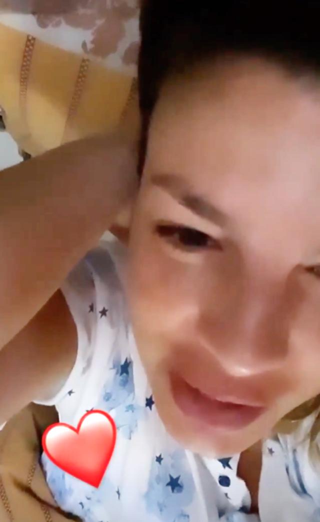 Emma Marrone appena sveglia nel giorno del suo compleanno, lunedì 25 maggio