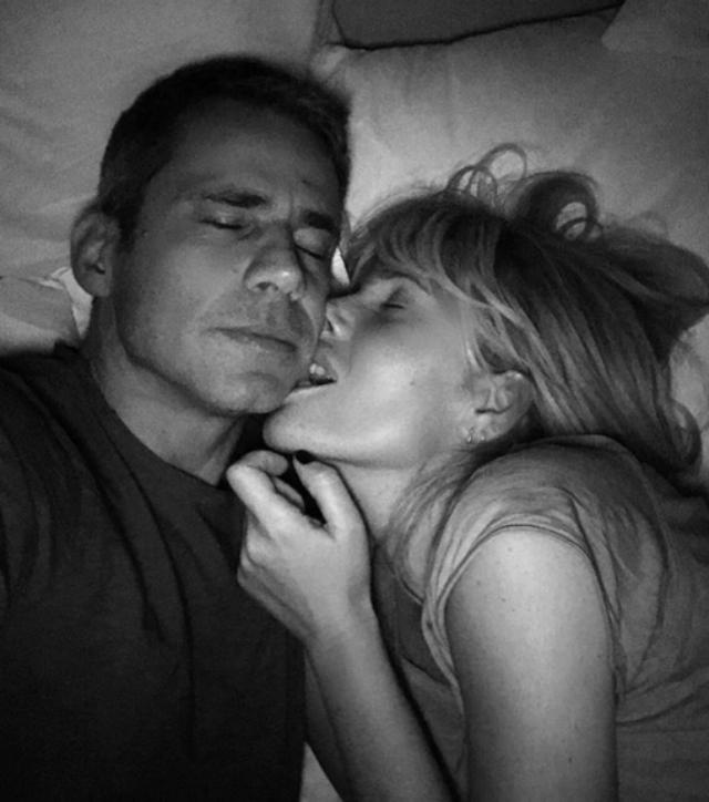 Dopo il post di auguri di compleanno al marito del 20 aprile, il 17 marzo scorso la conduttrice pubblicava una foto nel lettone con il produttore 45enne