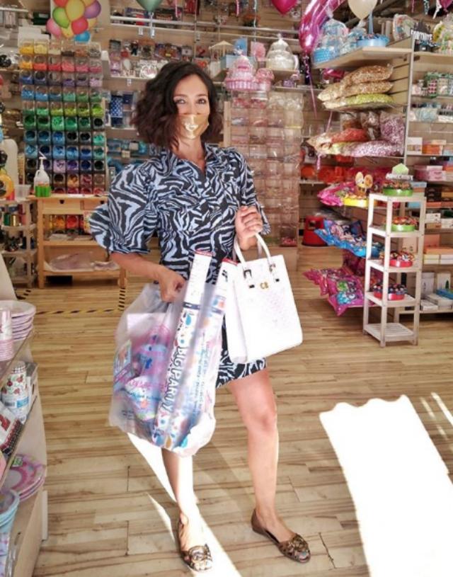 Caterina Balivo, 40 anni, compra il necessario per la festa di compleanno del figlio Guido Alberto