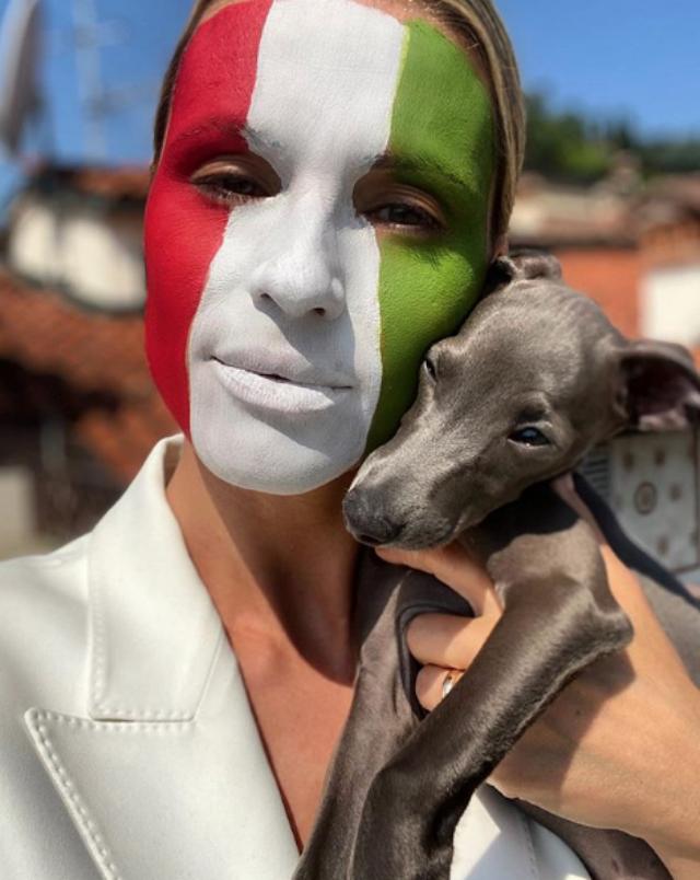 Michelle Hunziker con i colori della bandiera italiana sul viso e con il piccolo Odino, il nuovo cane arrivato in casa