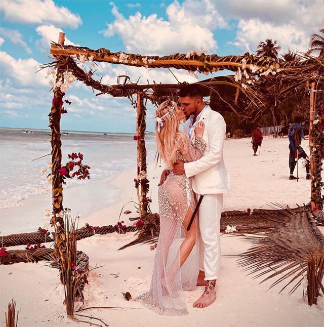 Luigi Mario Favoloso, 32 anni, ed Elena Morali, 30, protagonisti di quella che sembra essere una cerimonia nuziale a Zanzibar, sulla spaggia