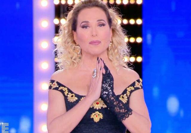 Barbara D'Urso in onda con il guanto dopo l'ustione alla mano: guarda