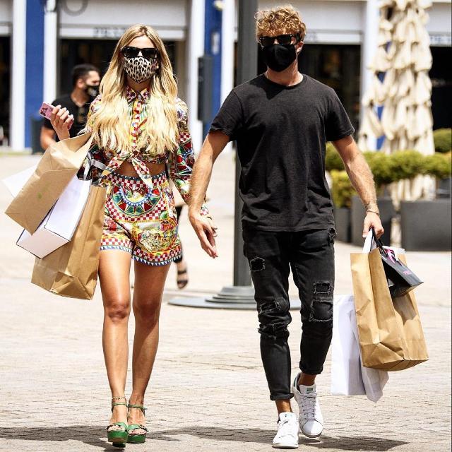 Paolo Ciavarro, 28 anni, e Clizia Incorvaia, 39, fanno shopping insieme al Sicilia Outlet Village vicino Enna