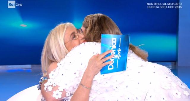 Mara Venier abbraccia Romina Power dopo la morte della sorella: esplode la polemica
