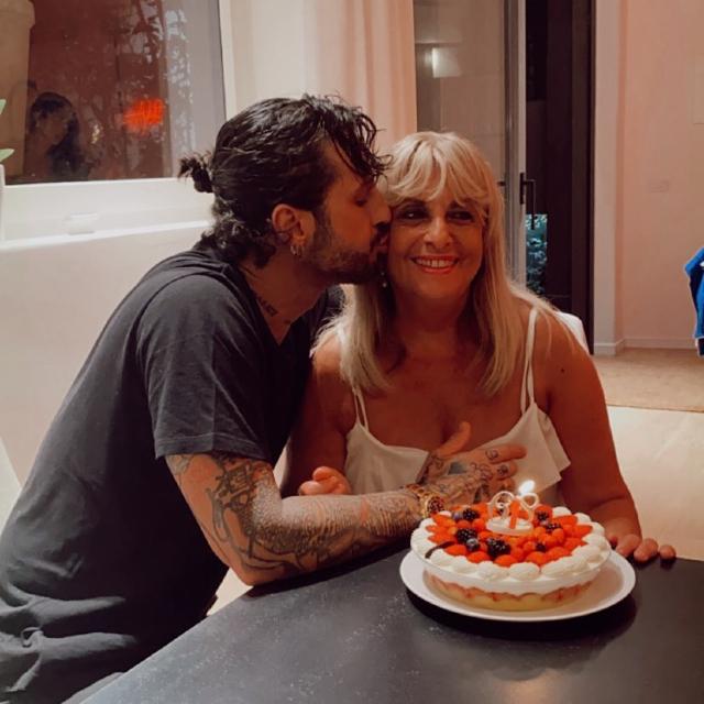 Fabrizio Corona festeggia il compleanno della madre Gabriella: i due hanno fatto pace. Foto