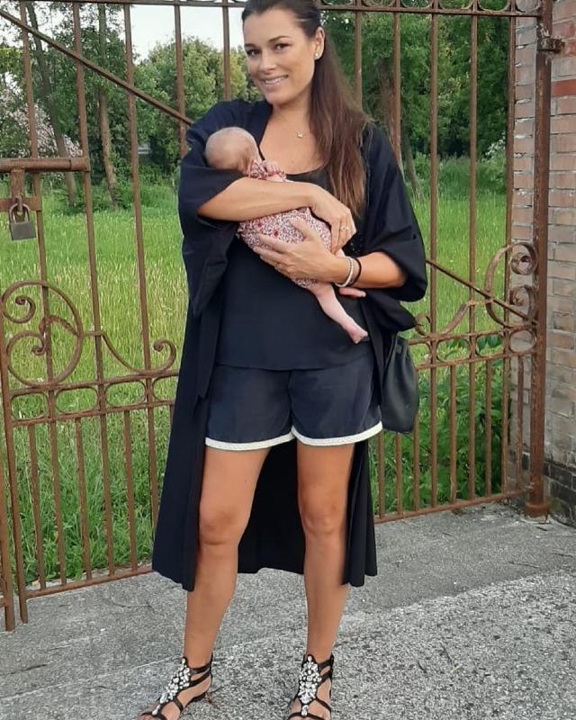 Alena Seredova, 42 anni, in splendida forma a poco più di un mese dal parto: è arrivata a Forte dei Marmi