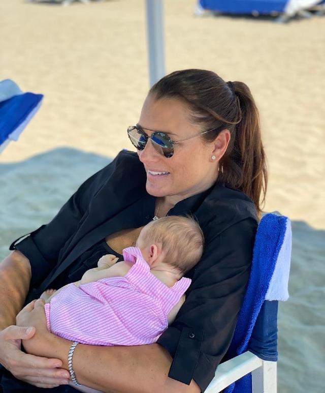 Alena in spiaggia sotto l'ombrellone con Vivienne, nata solo lo scorso 19 maggio
