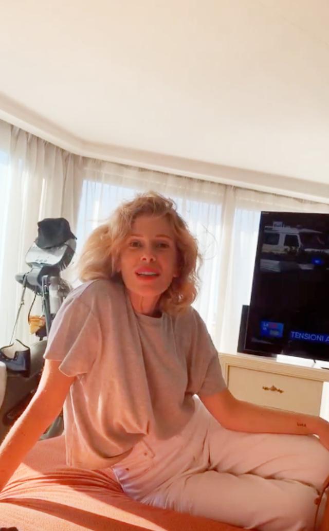 Alessia Marcuzzi, 47 anni, sul letto di Mara Venier: è andata a trovarla visto che la collega è bloccata a casa con il piede rotto
