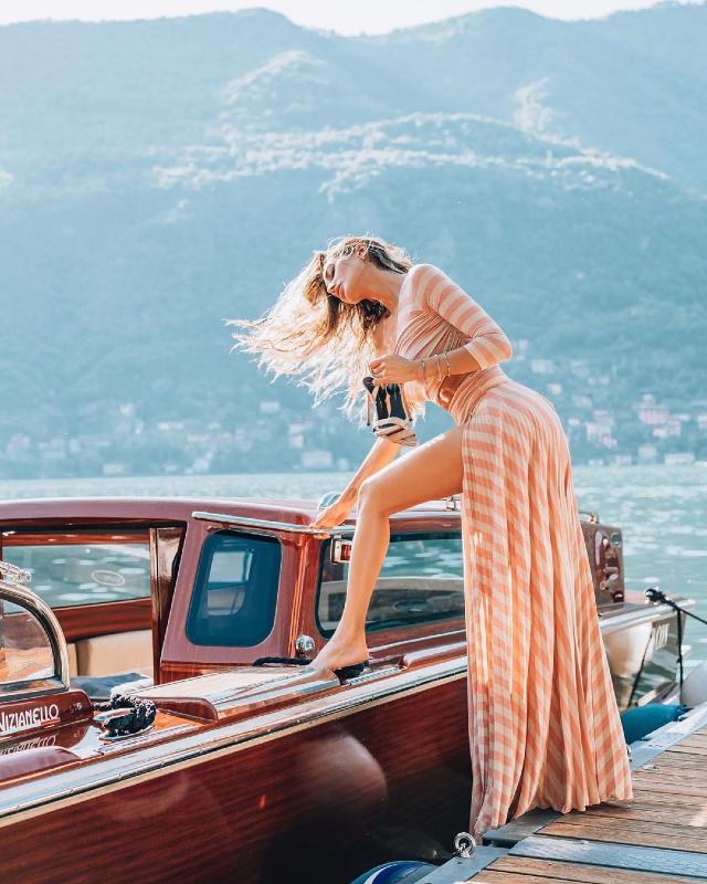 Cristina Buccino, 35 anni, in versione diva di Hollywood su un motoscafo sul Lago di Como