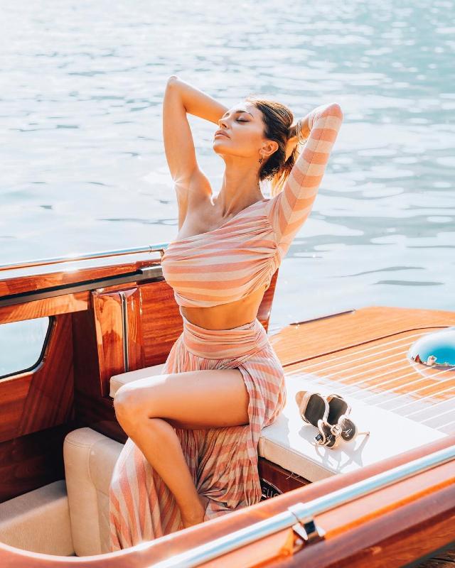 Cristina bellissima sotto il sole della Lombardia