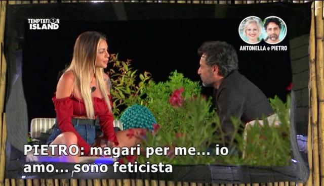 Antonella Elia, il segreto del compagno Pietro: 'Sono un feticista dei piedi'