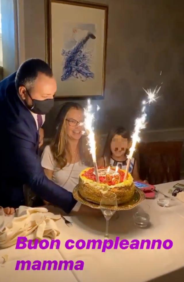 Ilary Blasi alla cena di compleanno della mamma con tutta la famiglia e le sorelle: guarda