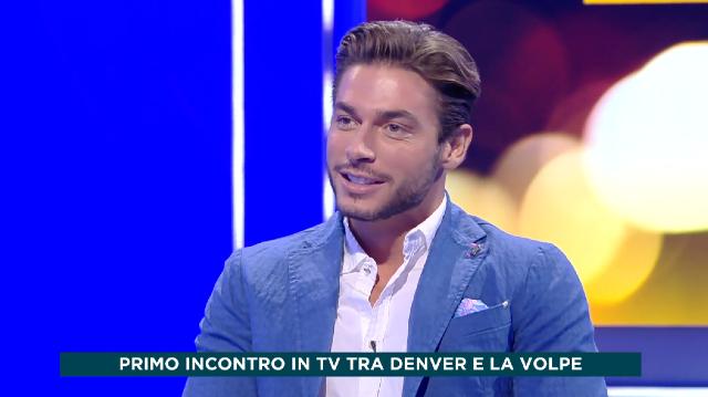 Adriana Volpe ospita Andrea Denver, battutine e occhiate in diretta tv: le immagini