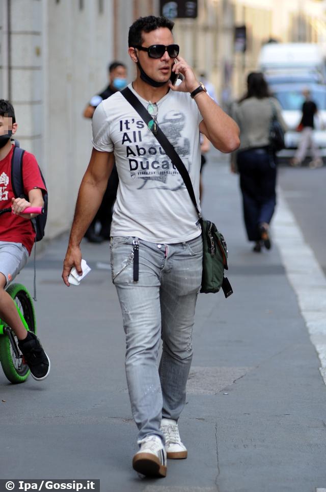 Gabriel Garko, 47 anni, in giro per il centro di Milano con la mascherina al collo