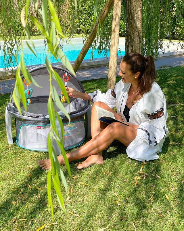 Alena Seredova, 42 anni, si rilassa in piscina a Forte dei Marmi, con la figlia Vivienne Charlotte dentro il mini-box