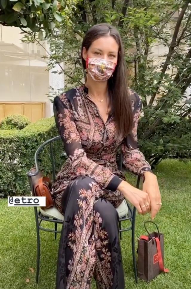 Marica con la mascherina abbinata al resto del look