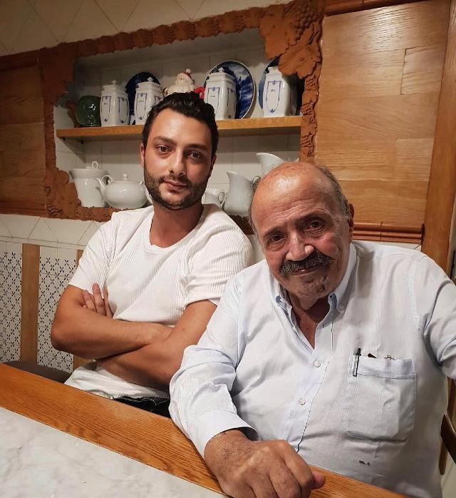 Gabriele insieme al padre Maurizio Costanzo, 81