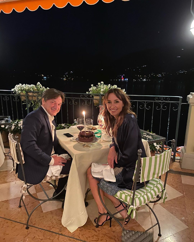 Benedetta Parodi, 47 anni, e Fabio Caressa, 53, festeggiano il loro anniversario di matrimonio con una cena romantica sul Lago di Como