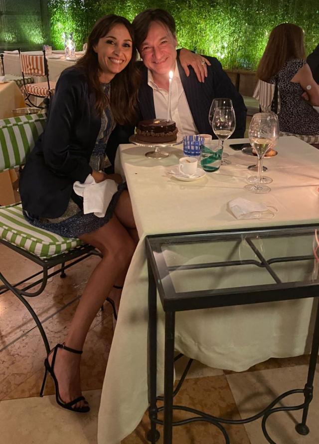 La coppia davanti alla torta a fine cena
