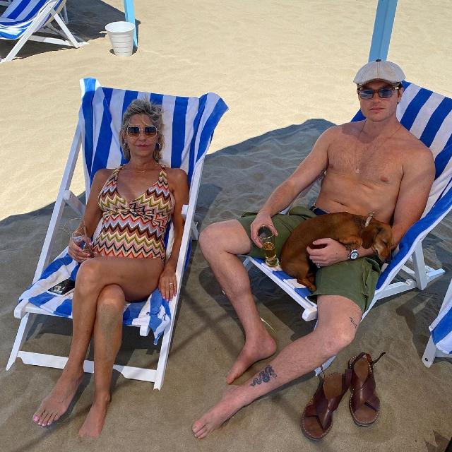 Marco Cartasegna, 30 anni, in costume in spiaggia con sua mamma: ora pesa 92 kg e si piace di più