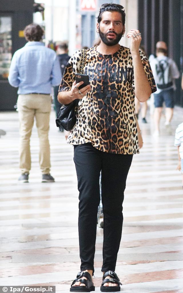 Federico Fashion Style, 31 anni, in giro per il centro di Milano con una maglietta leopardata e un look appariscente
