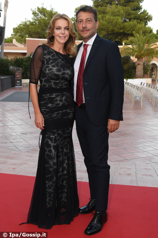Claudia Gerini, 48 anni, insieme al compagno Simon Clementi in Sardegna: per la coppia è la prima uscita pubblica