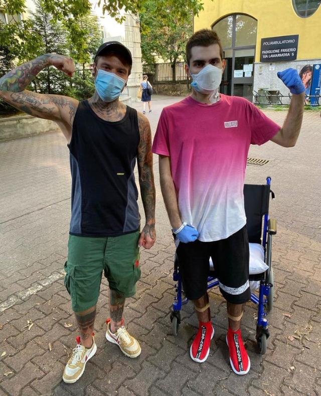 Fedez, 30 anni, insieme ad un ragazzo di 18 anni che ha rischiato di morire a causa del Coronavirus e che porterà danni cronici per tutta la vita dopo che il Covid gli ha bruciato i polmoni e lo ha costretto ad un trapianto d'urgenza
