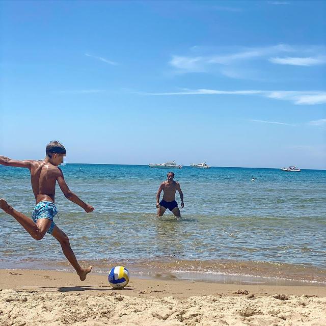 La foto postata da Elena sul social, in cui il piccolo Giacomo, 11 anni, gioca a palla con il padre Bernardo Corradi, 44