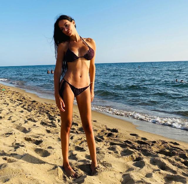 Michela Quattrociocche, 31 anni, in grandissima forma in bikini sulla spiaggia di Sabaudia a pochi mesi dall'annuncio della fine del suo matrimonio con Alberto Aquilani
