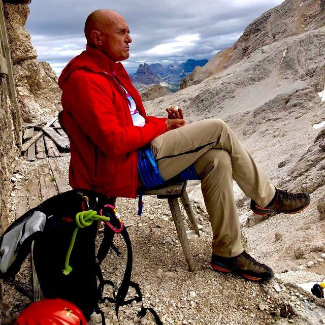 Alfonso Signorini, 56 anni, durante una ferrata in montagna, vicino Cortina