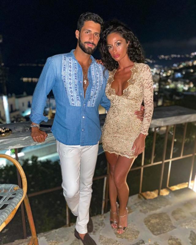 Raffaella Fico, 32 anni, abbronzatissima a Mykonos abbracciata al nuovo fidanzato Giulio Fratini, imprenditore fiorentino