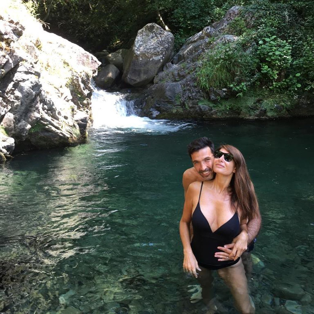 Gigi e Alena si rilassano in un ruscello a Treschietto, provincia di Massa Carrara