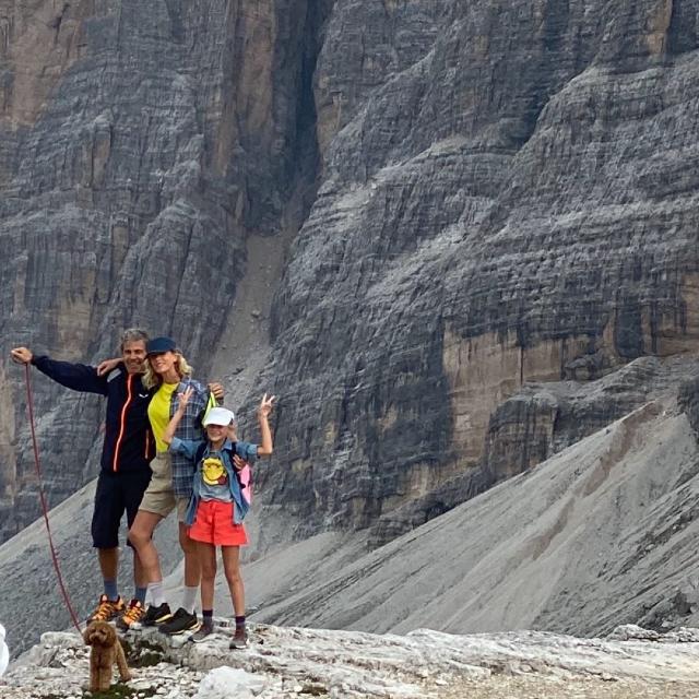 Alessia Marcuzzi, 47 anni, sulle Dolomiti con Paolo Calabresi Marconi, 56, e la figlia Mia Facchinetti, 8