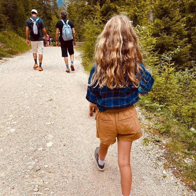Mia fa trekking: davanti a lei ci sono Paolo e Tommaso, il fratellone