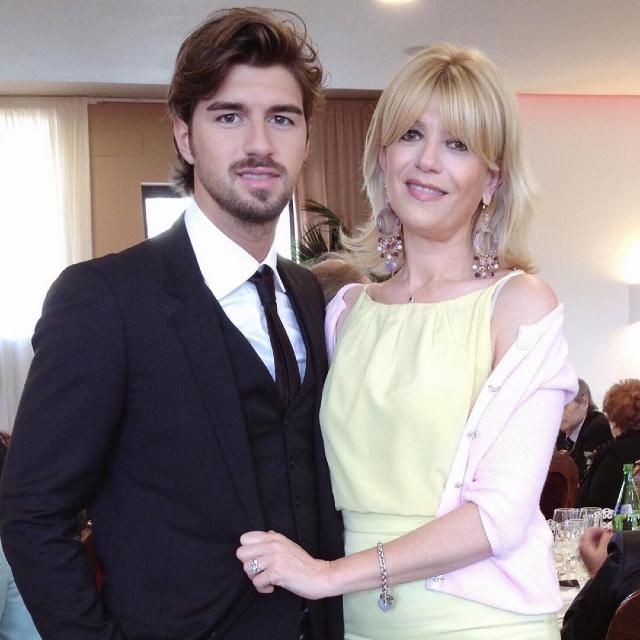 Andrea Damante, 30 anni, insieme alla madre Valentina Fasciana, che ha smentito di essere stata lei la causa del (presunto) allontanamento tra l'ex tronista e Giulia De Lellis
