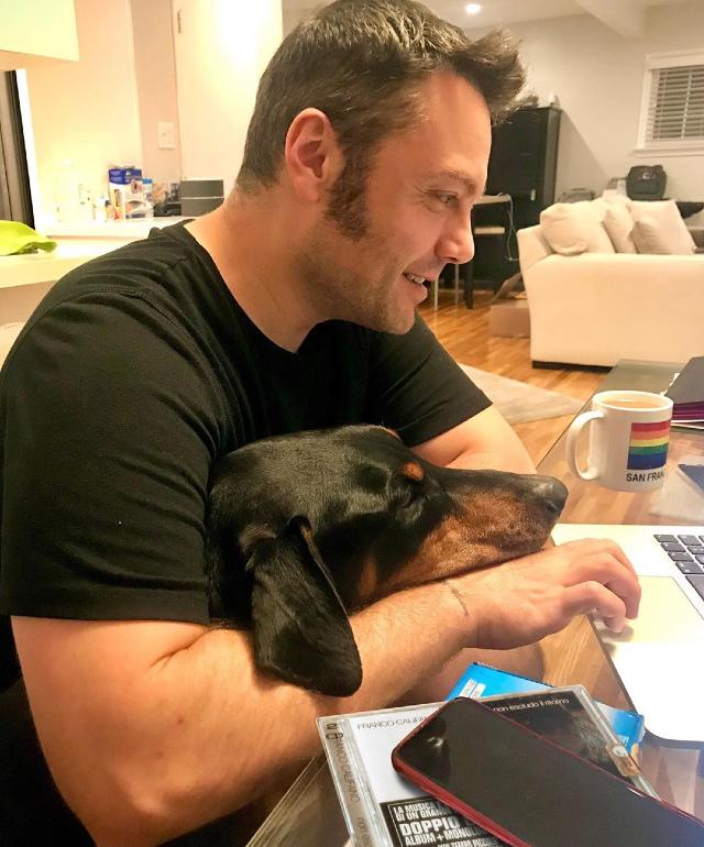 Tiziano Ferro, 39 anni, insieme al cane Beau, 8, adottato lo scorso aprile insieme al marito Victor Allen