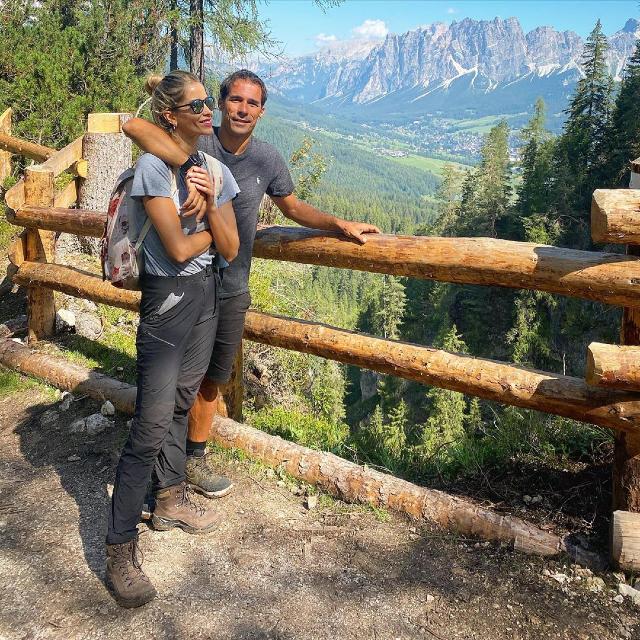 Elena Santarelli, 39 anni, sulle Dolomiti con il marito Bernardo Corradi, 44
