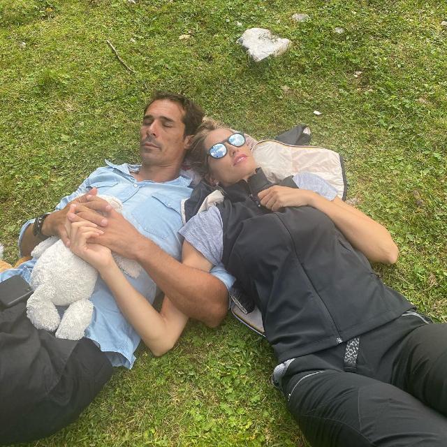 Elena e Bernardo si rilassano dopo la lunga passeggiata