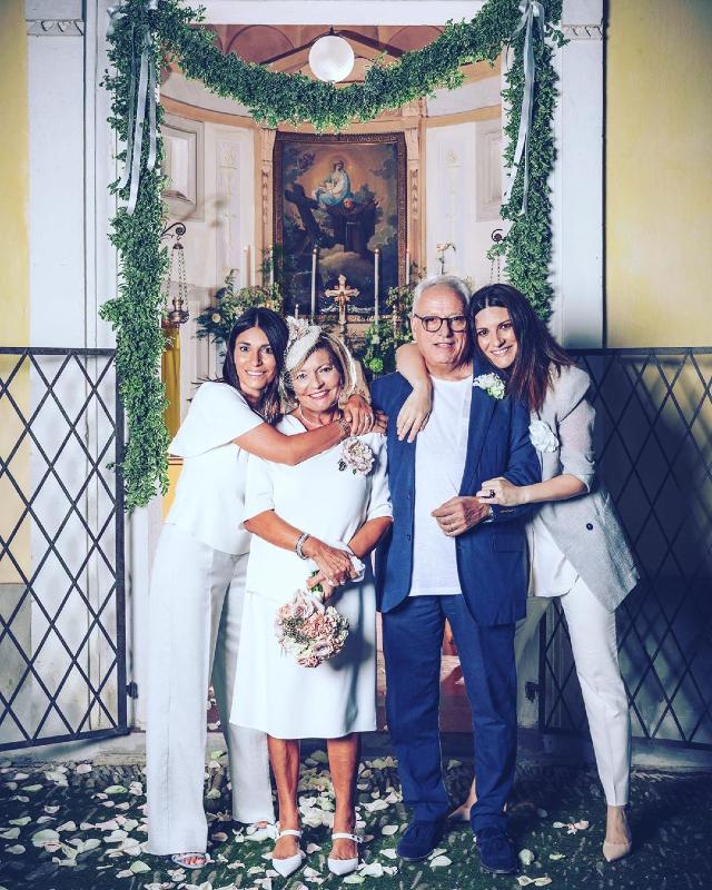 Laura Pausini, 46 anni, insieme ai genitori Fabrizio e Gianni nel giorno in cui si sono risposati per festeggiare i 50 anni di matrimonio: con loro anche la sorella Silvia