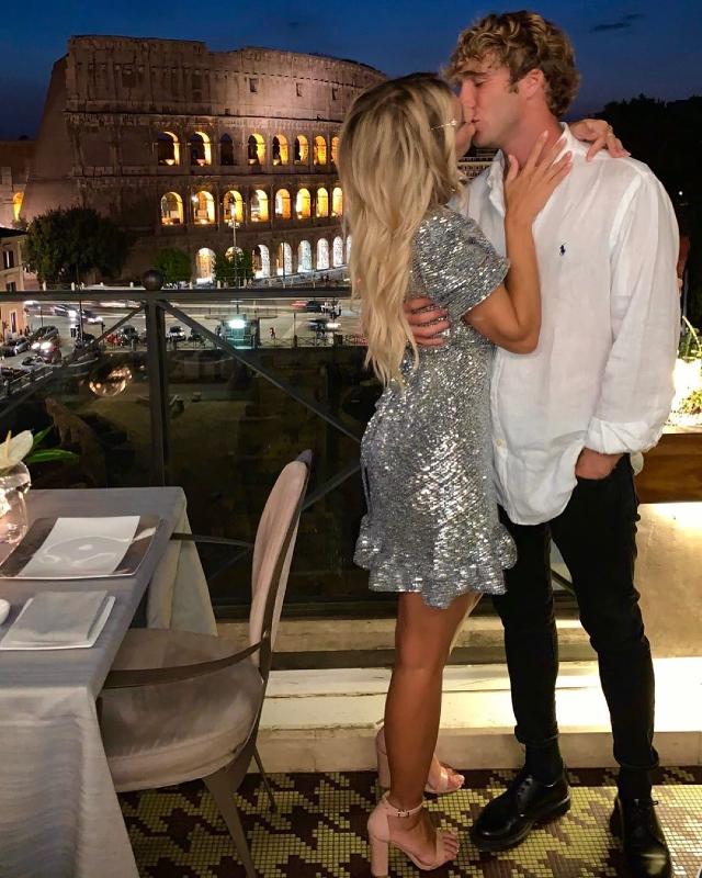 Clizia Incorvaia, 39 anni, e Paolo Ciavarro, 28, si baciano durante la cena per festeggiare i sette mesi di relazione con vista sul Colosseo