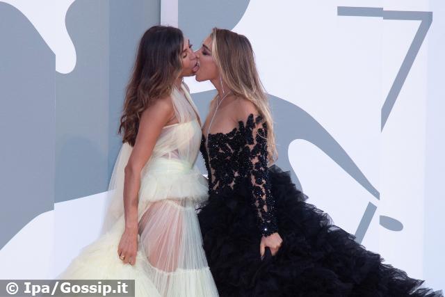 Elisa De Panicis e Mila Suarez, bacio lesbo sul red carpet a Venezia